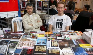 à droite Arno Mansouri (editeur de Mr Oberlin) sur le stand des editions Demi Lunes, on signalera avec un certain amusement le T-shirt du deuxième individu
