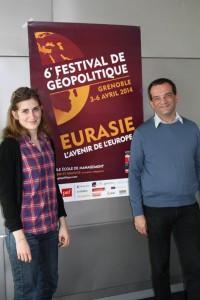 Huissoud devant l'affiche du 6ème festival de géopolitique