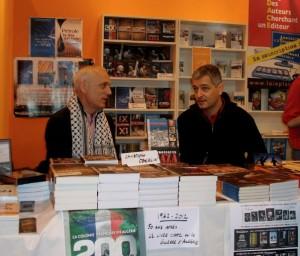 Christophe Oberlin et Arnaud Mansouri derrière le stand des éditions Demi Lunes (Réseau Voltaire, Reopen911)