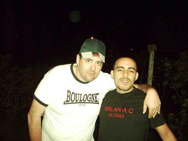 Olivier Kraba (avec le t-shirt Milan AC) qui se moquait des roumains, ici avec un amis de la tribune Boulogne du Parc des Princes réputée pour ses supporters racistes proches de l'extrême-droite